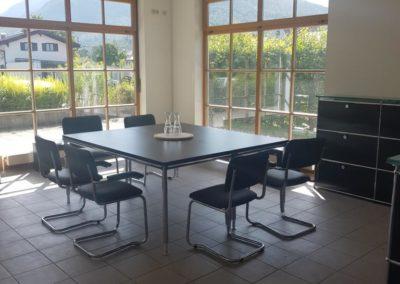 Meetingbereich mit ersten Möbeln
