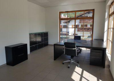 Arbeitsbereich mit ersten Möbeln